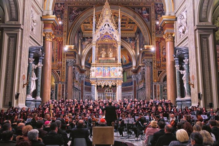 in Konzert für die Armen mit dem Chor und Orchester der Diözese Rom / Papst Franziskus nimmt an dem Konzert teil (FOTO)