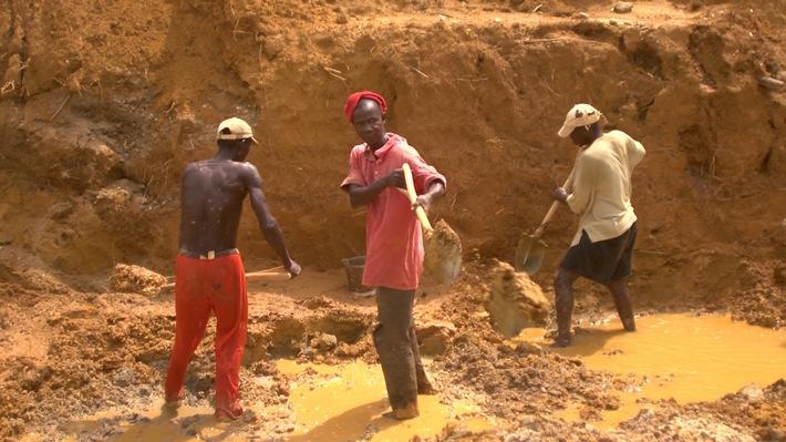 in Sierra Leone zwischen Party, Pandemie und Pleite: ZDFinfo-Doku über den westafrikanischen Staat im Spannungsfeld von Blutdiamanten und Ebola (FOTO)
