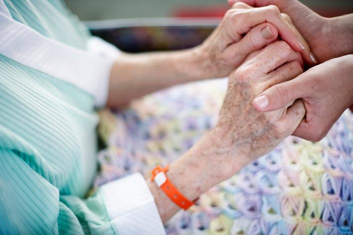 in Tag der Pflege: Für den Ernstfall richtig vorsorgen / Hohe Pflegekosten im Alter zehren schnell an Rente und Vermögen / Die DVAG zeigt, wie zusätzliche private Vorsorge vor Kostenfallen schützen kann (FOTO)