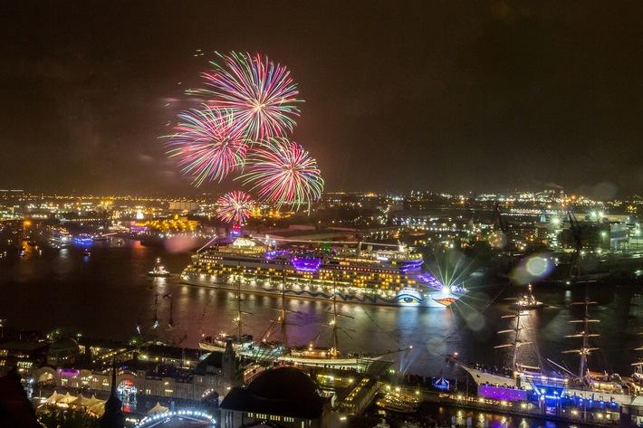 in AIDA Feuerwerk zum 826. Hafengeburtstag Hamburg (FOTO)