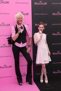 in Fashion-Ikone Miranda Kerr für Magnum Pink & Black in Cannes