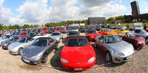 MX-5 Guinness Weltrekord 1 in Weltrekord in Essen: 459 Mazda MX-5 in einer Reihe
