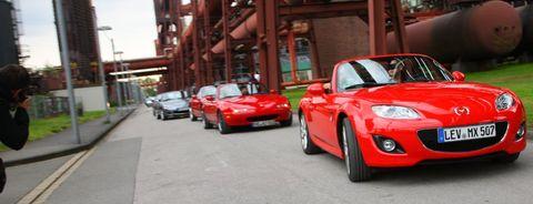 MX-5 Guinness Weltrekord 3 in Weltrekord in Essen: 459 Mazda MX-5 in einer Reihe