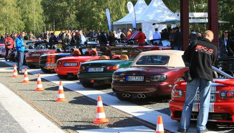 MX-5 Guinness Weltrekord 5 in Weltrekord in Essen: 459 Mazda MX-5 in einer Reihe