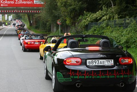 MX-5 Guinness Weltrekord 7 in Weltrekord in Essen: 459 Mazda MX-5 in einer Reihe