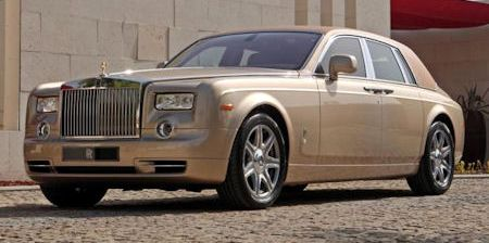 Rolls Royce Baynunah Phantom 2 in Rolls-Royce Baynunah Phantom: Sanddüne und Kamel-Harnisch