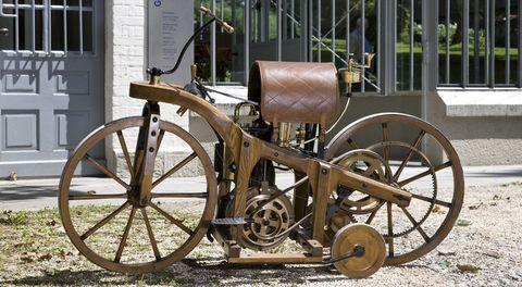 Daimler-Reitwagen-von-1885-1 in Vor 125 Jahren: Daimler Reitwagen fährt