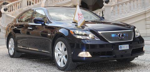 Lexus-limousine in Fürst Albert II. von Monaco rauscht im Lexus zur Hochzeit