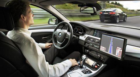Dr-Nico-Kaempchen-bei-der-Testfahrt in Forschung: 5er BMW fährt alleine