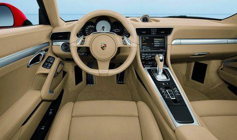 Der-neu-gestaltete-Innenraum-mit-nach-vorne-ansteigender-Mittelkonsole-orientiert-sich-am-Porsche-Carrera-GT in Der neue 911er: Moderner Wilder